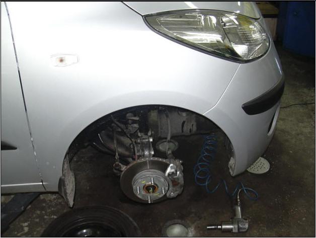 Поставили Hyundai i10 на подъемник и сняли колесо